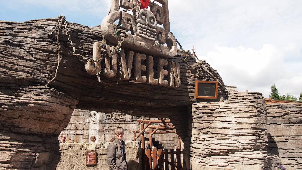 In de rij voor Juvelen, een van de meerdere bijzondere en gave achtbanen in Djurs Sommerland.