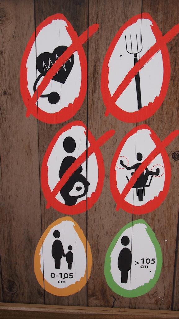 Zelfs de instructieborden bij de attracties zijn gethematiseerd doorgezet.