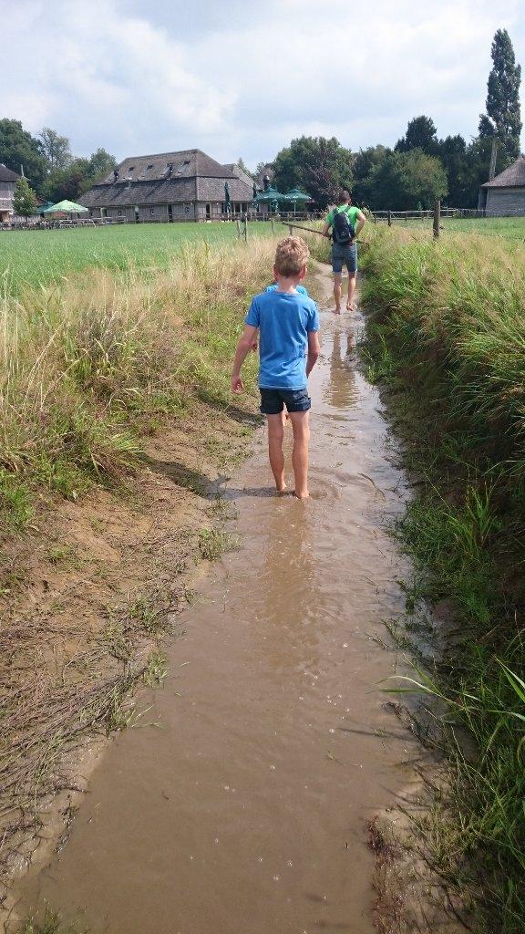 Kinderen vinden een blote voetenpad ontzettend leuk.