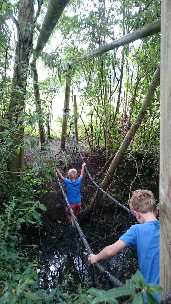 Over een touwbrug lopen.