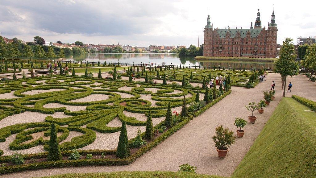 Fraaie barokke tuin en een imposante slotgracht.