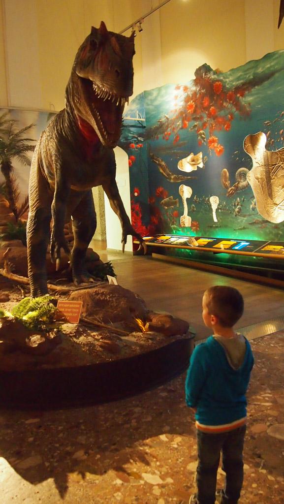 Camiel staat oog in oog met de T-rex.