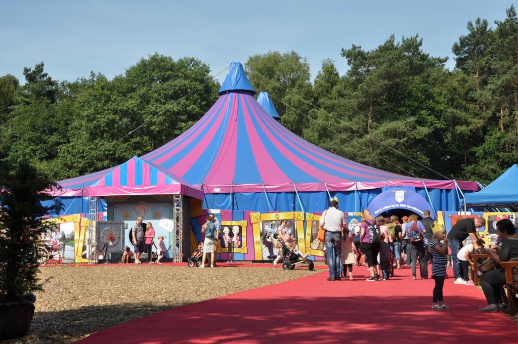 Achterin het park staat een circustent waar alle voorstellingen plaats vinden.