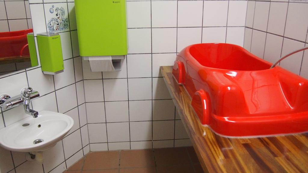 De badkamer voor kinderen in het sanitairgebouw. Daarnaast was er ook een gezinsbadkamer.