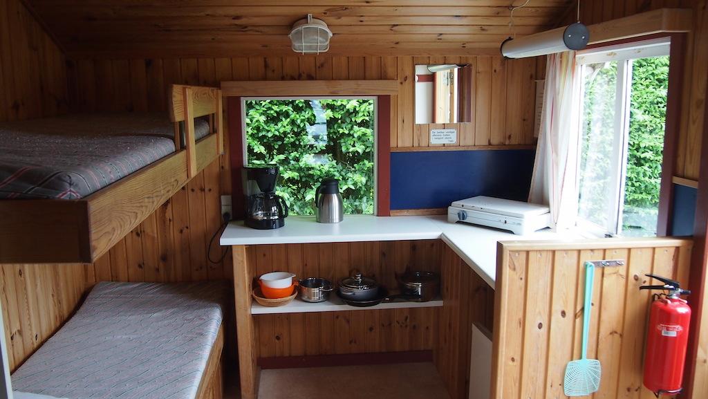 Het keukentje en twee van de bedden.