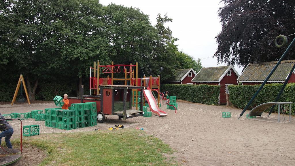 De speeltuin met de kratten waar van alles mee werd gebouwd.