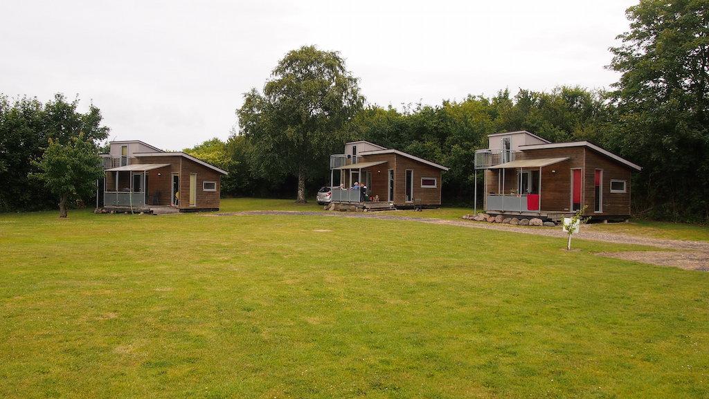 Een deel van de luxe bungalows, gelegen aan het grote grasveld achterin de camping.