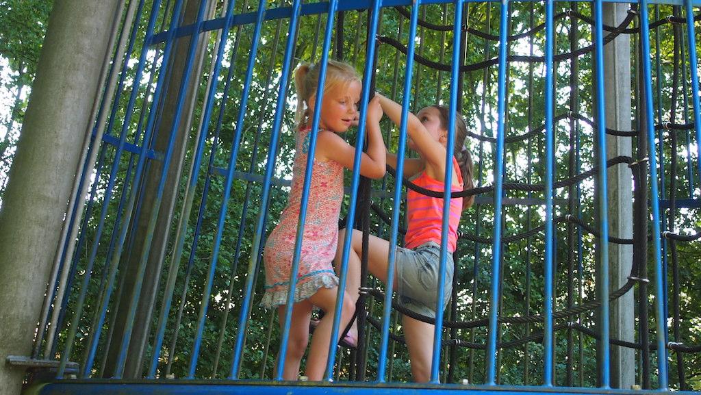 Maureen en Jet (van Fieke) klimmen omhoog om daarna met een glijbaan naar beneden te gaan.