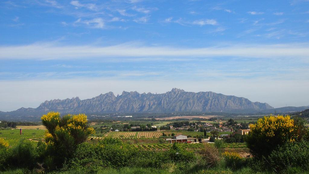 Zicht op Montserrat vanuit de omgeving.