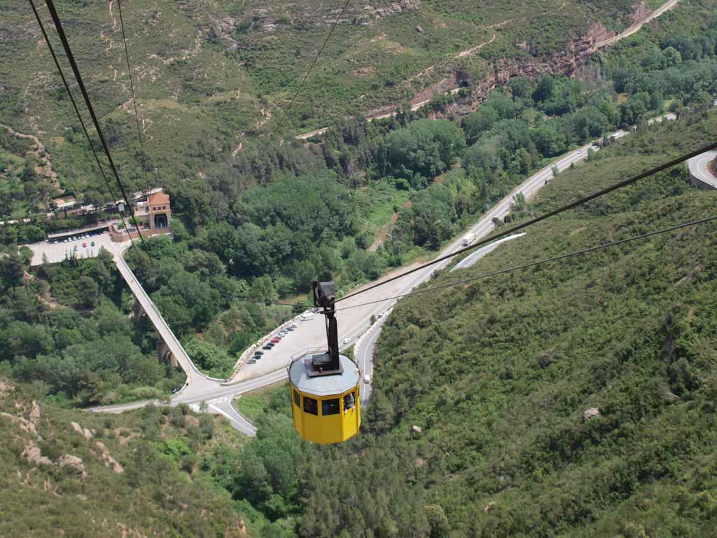 Vanaf de berg zien we het dalstation van de kabelbaan liggen.