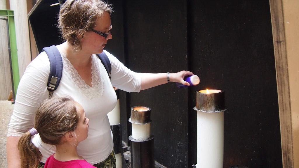 Ik help de kinderen met het aansteken van de kaars.
