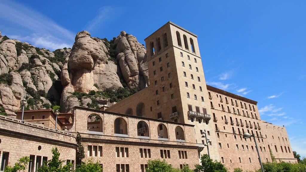 Het klooster zit echt tegen de berg aangeplakt.