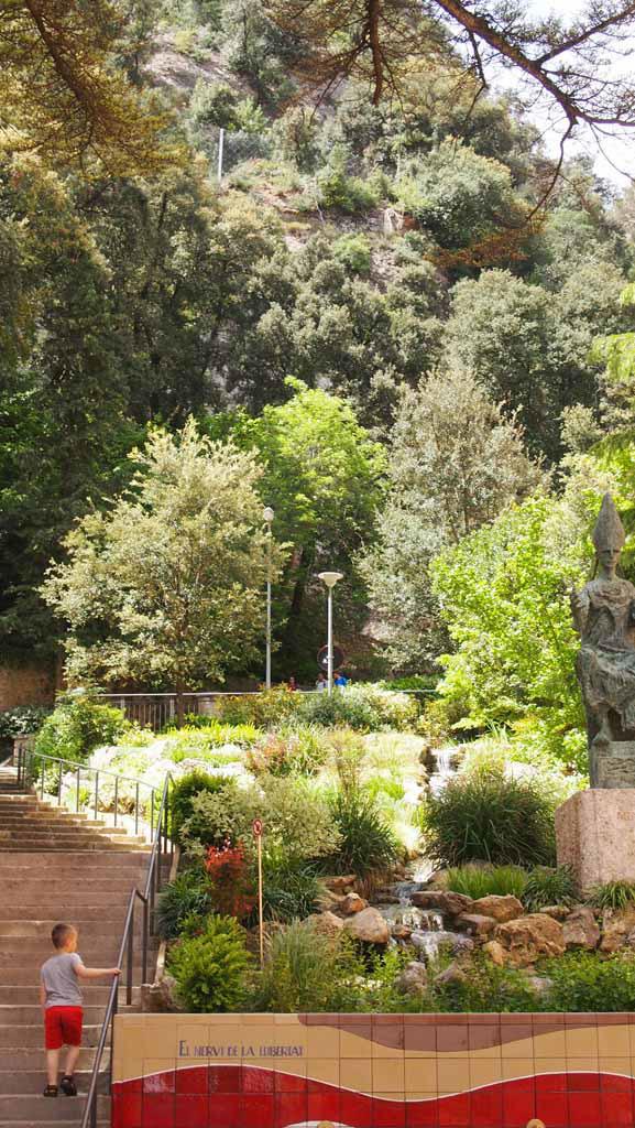 Via deze trappen zien we wandelaars verder de berg op gaan.