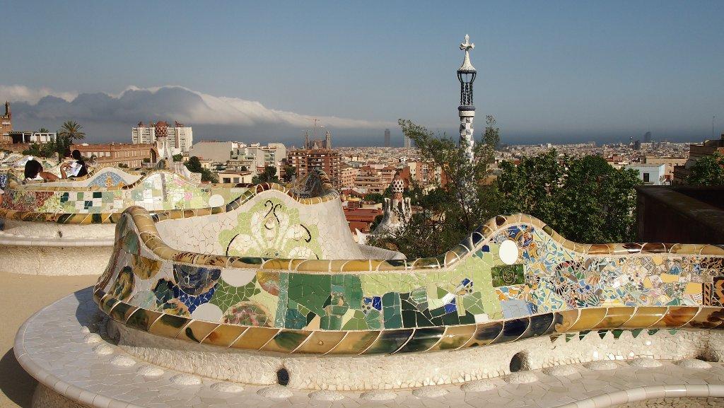 De lange mozaiek bank slingert langs de rand van het terras.
