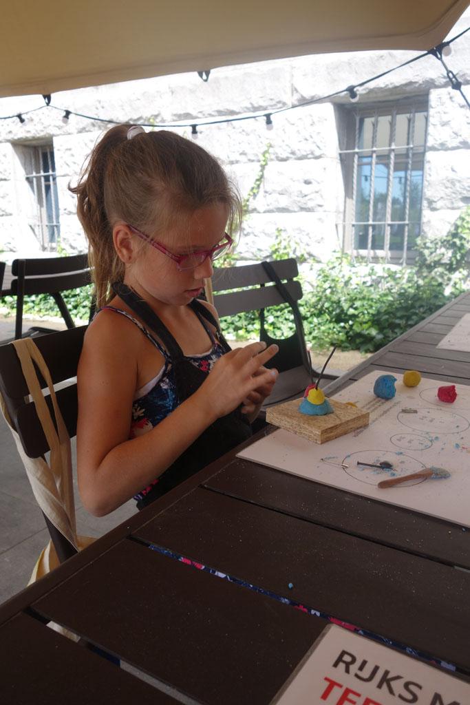 Roos is druk aan het werk met haar kunstwerk.