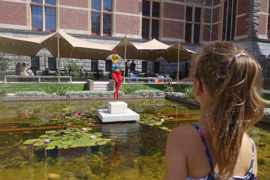 Roos bekijkt de beelden van Miro goed, op de achtergrond is de locatie van de workshop te zien.