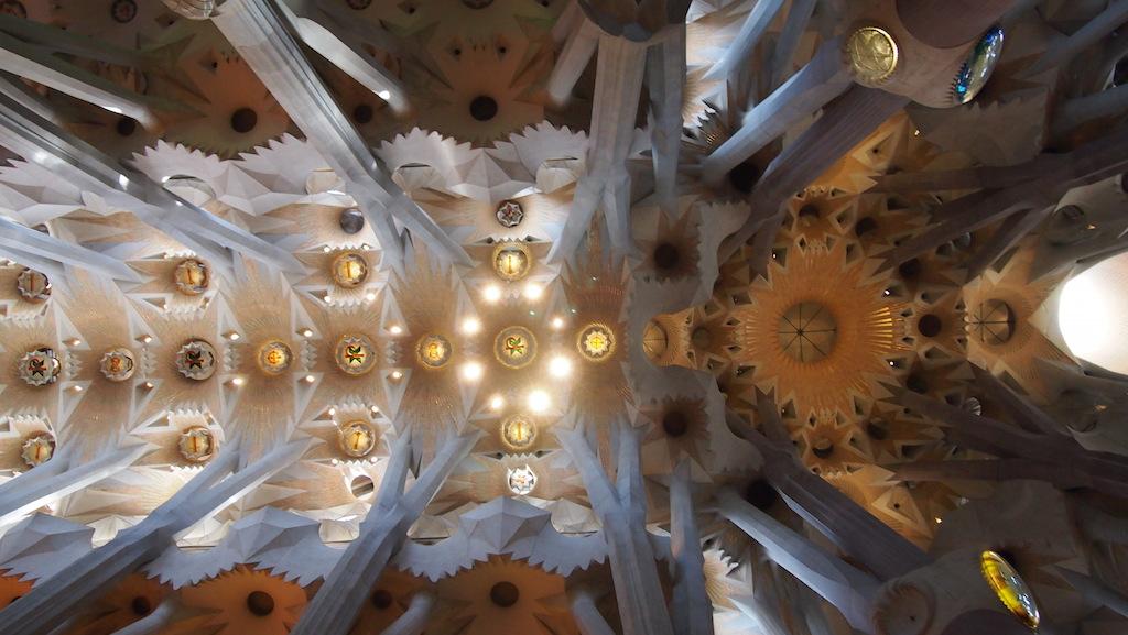 Het plafond is op een moderne manier gedetailleerd.