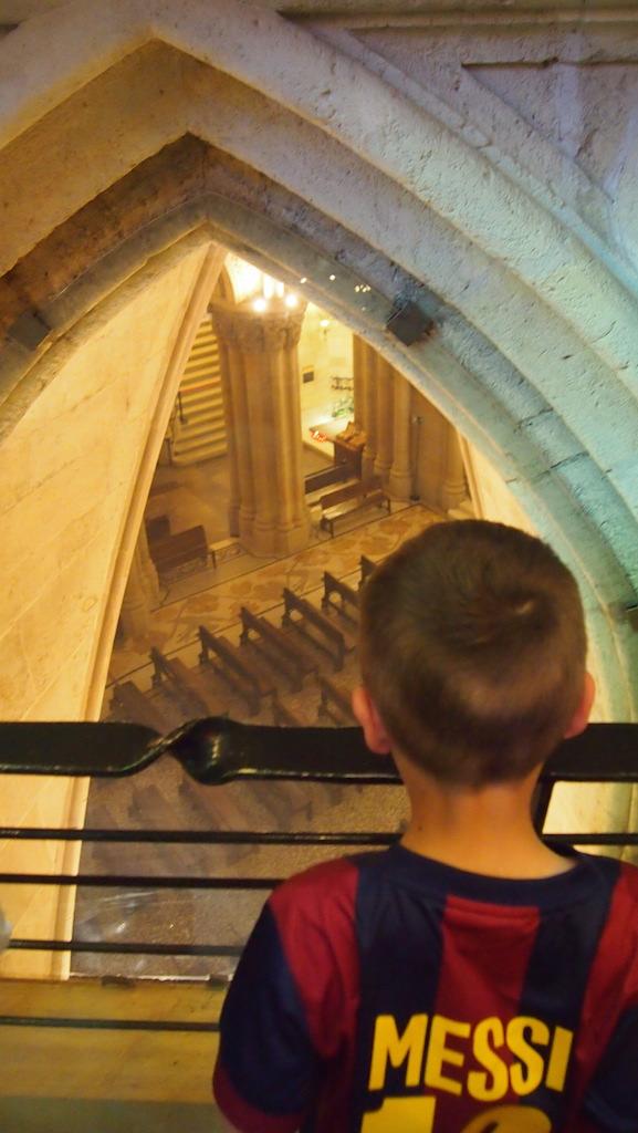 Camiel kijkt naar Gaudi in de crypte onder in de kerk.