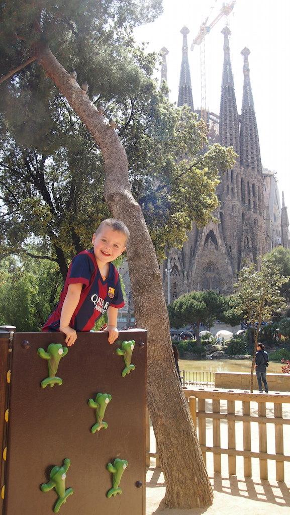Camiel vermaakt zich prima in het speeltuintje bij de Sagrada Familia.