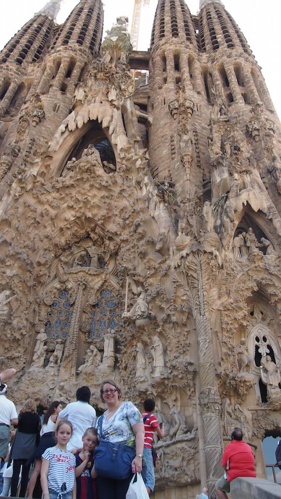Met de kinderen voor de Sagrada Familia.