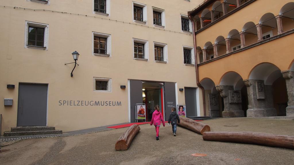 Speelgoedmuseum Salzburg ligt middenin het centrum en is gevestigd in een oud gebouw.