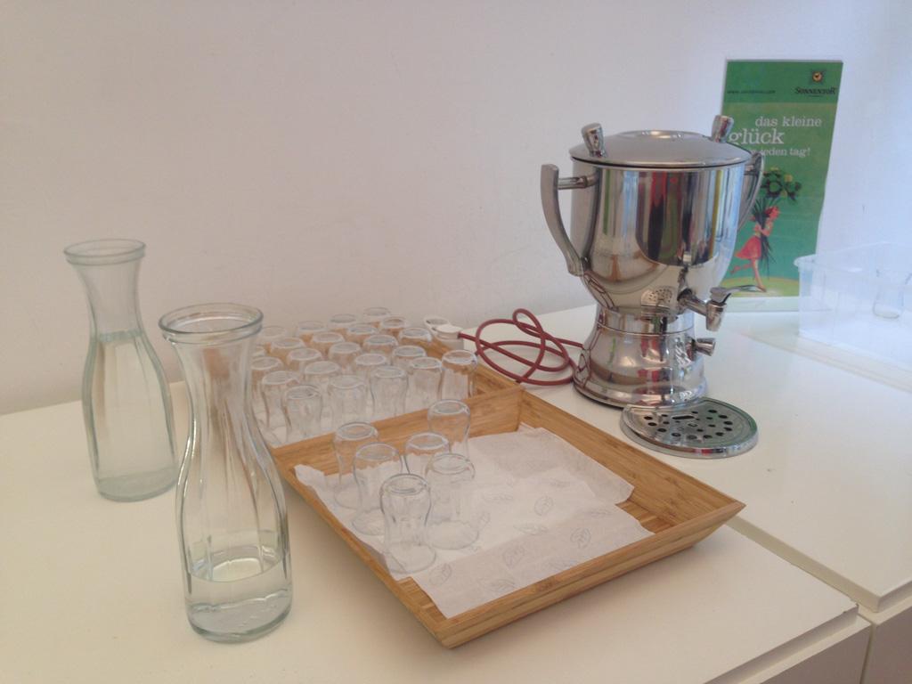 Gratis thee en water in schattige glaasjes.