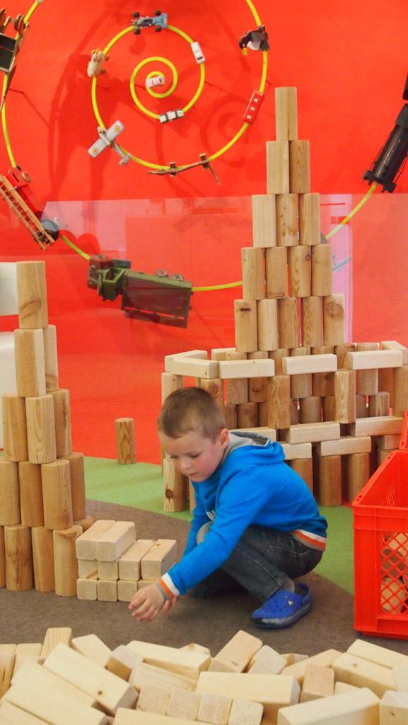 Met grote blokken bouw je een grote toren.