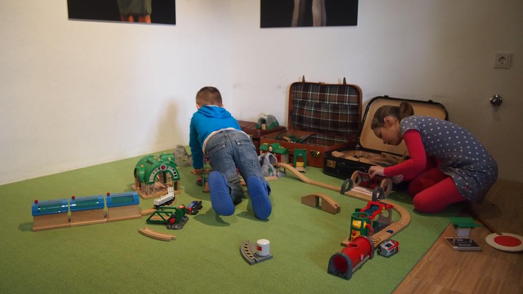 Blijft leuk, ook al heb je er thuis ook bakken vol van: de houten treinbaan.