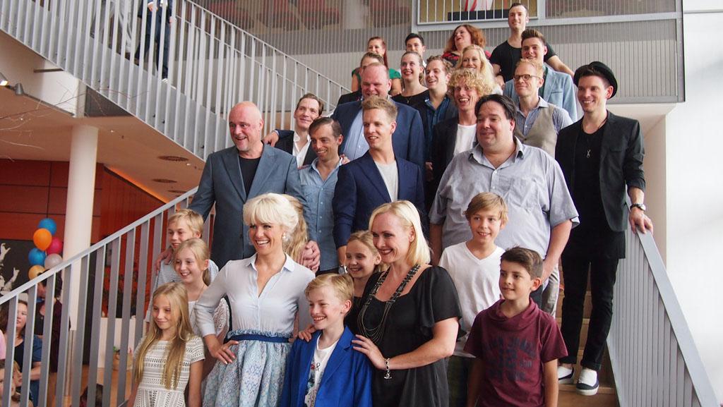 De cast van de Nederlandse tournee van Wickie de Musical na afloop van de premiere.
