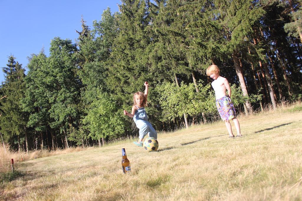 Genieten bij het huisje tijdens een potje flessenvoetbal.