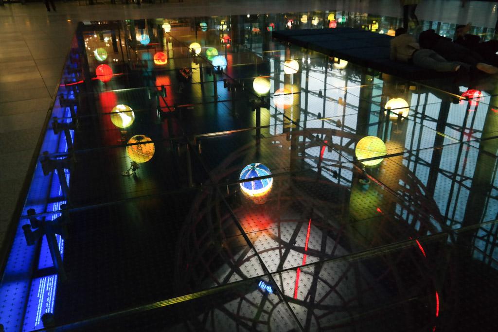 Gekleurde globes by night.