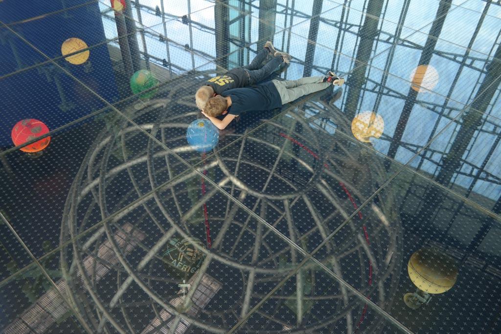 De globes in de grond zijn fascinerend voor kinderen.