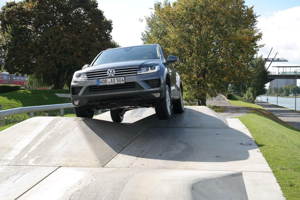 Off road rijden over beton blokken.
