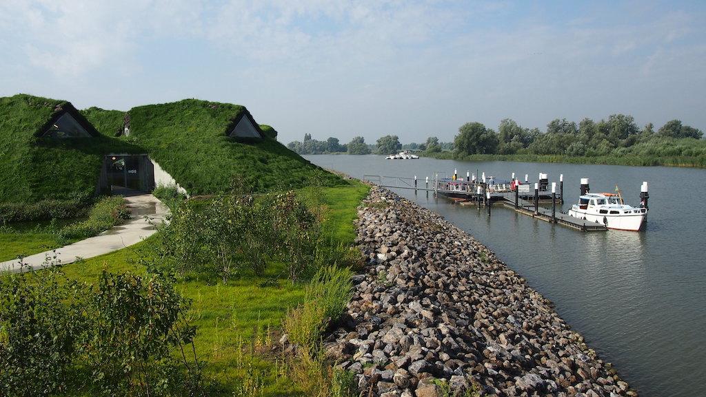 Biesbosch MuseumEiland ligt prachtig aan het water en bedekt onder het gras.
