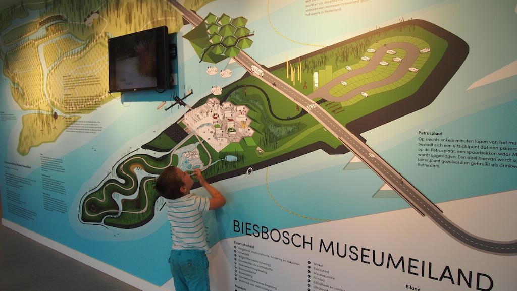 In het midden het eiland met het museum en aan de overkant het gebied waar we ook hebben gewandeld.