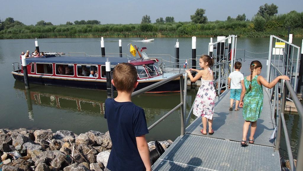 Over de steiger naar de fluisterboot.