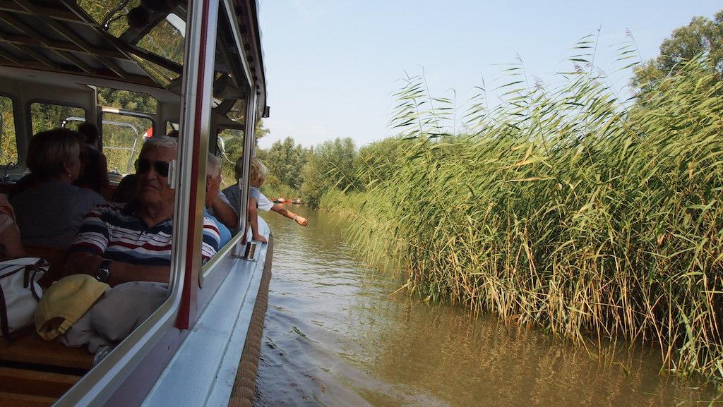 Onze fluisterboot gaat ook door smallere watergangetjes.