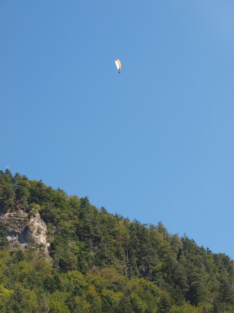 En dan zie je opeens een paraglider voorbij zweven...