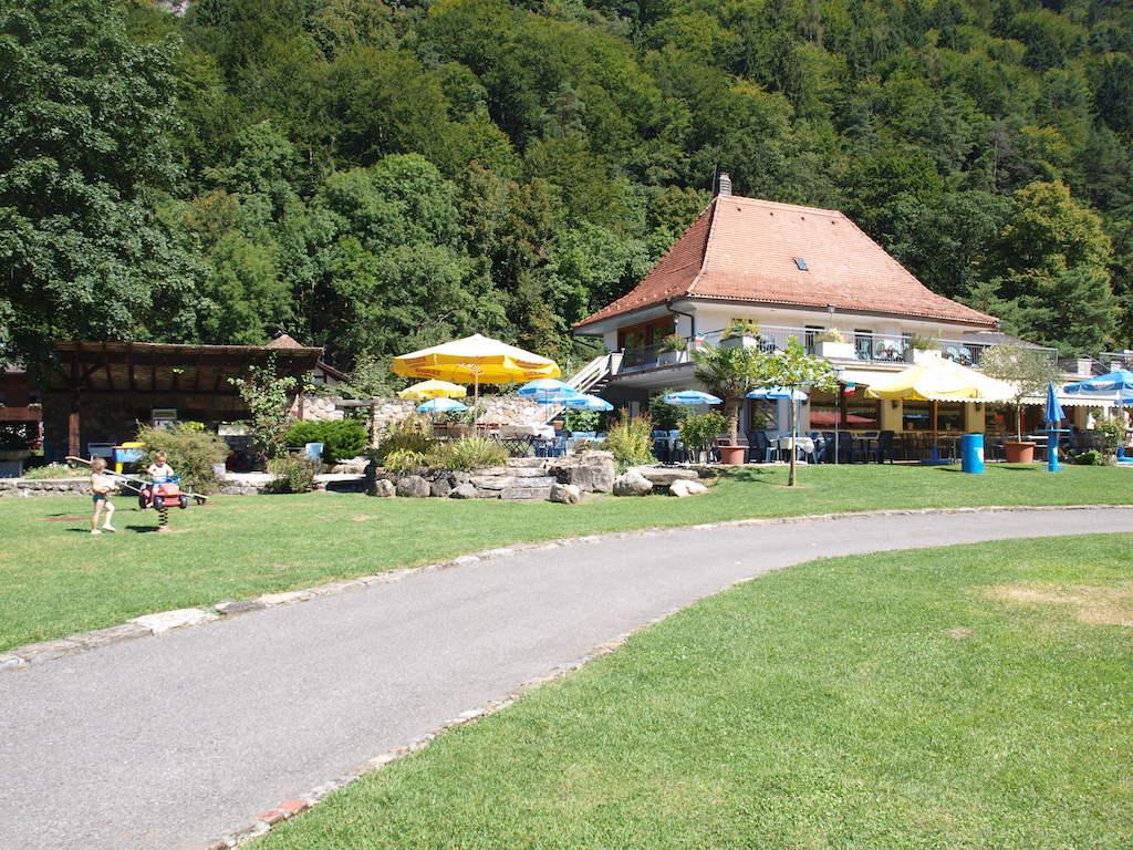 Het restaurant tegenover onze plek, met links het speeltuintje.