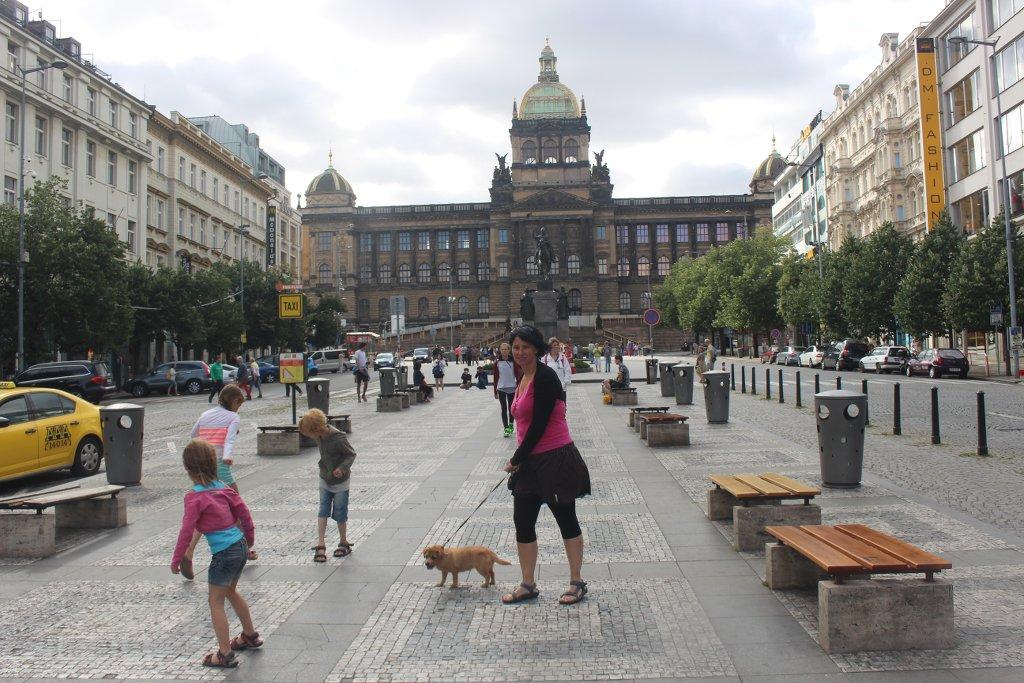 Op het beroemde Wencelasplein kun je heel goed van de ene steen op de andere steen springen.