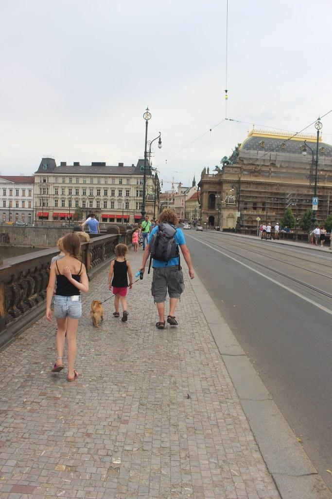 Je kan Praag te voet verkennen, maar ook met de hop on hop off bus of segway.
