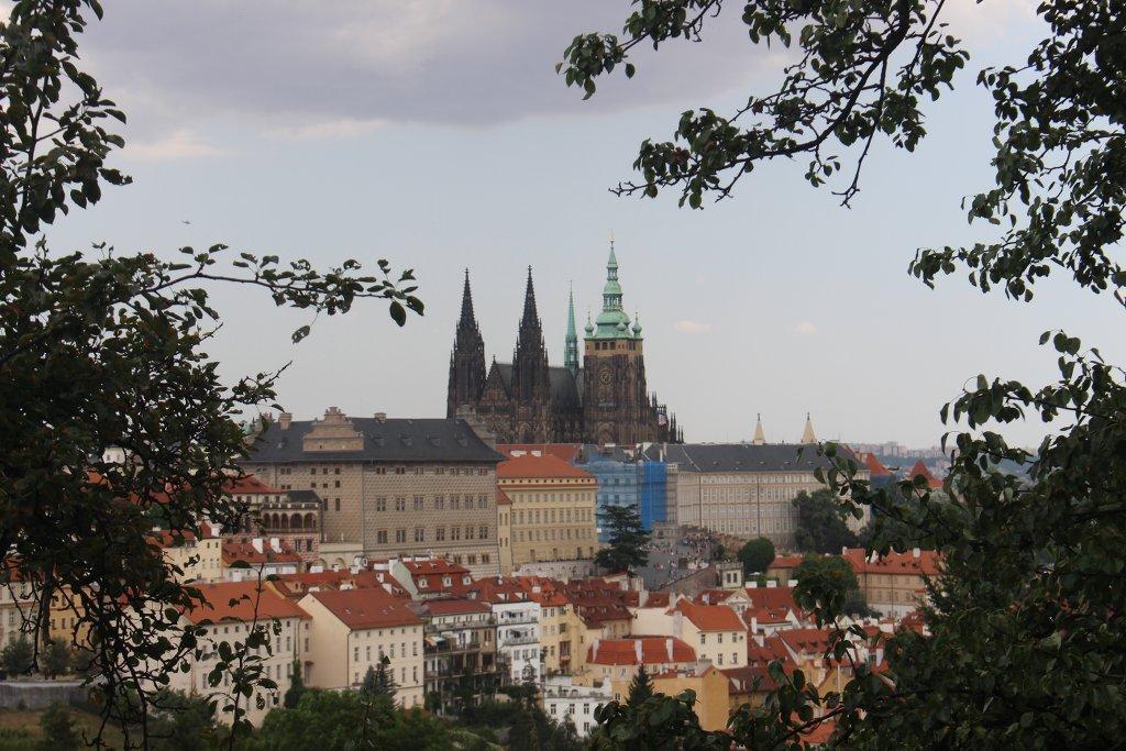 Uitzicht vanaf Petrin op de Praagse burcht.
