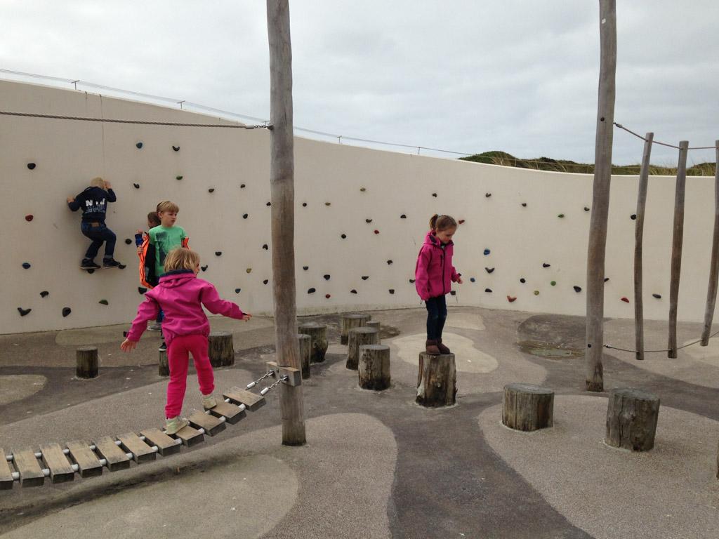 Er is een leuk speelparcours voor kinderen bij Ecomare.
