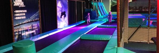 Trampoline springen bij Jumpers Indoor met kinderen