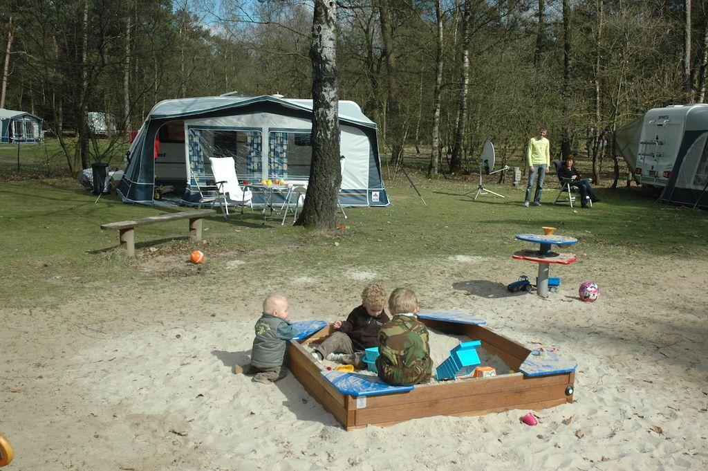 Kampeerplek bij natuurcamping De Harskamperdennen met speelplaats erbij.