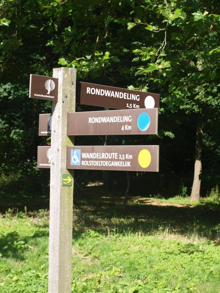Er zijn verschillende routes door De Manteling. Wij kiezen de blauwe route.