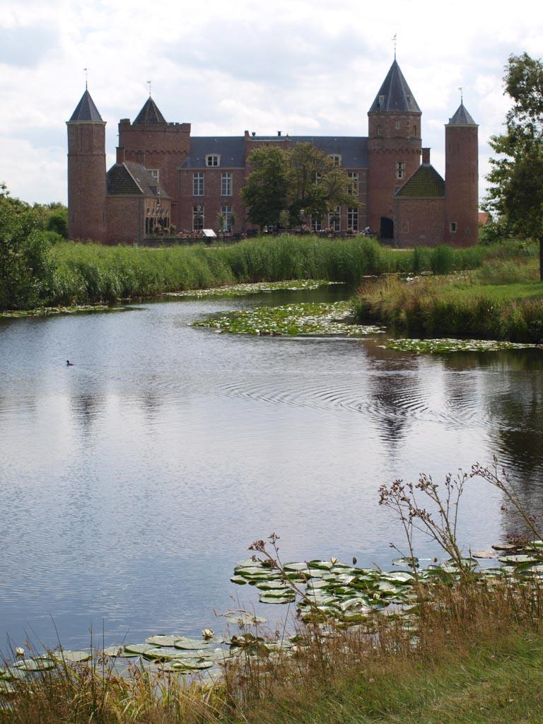 Vanaf deze kant ziet het kasteel er weer heel anders uit.