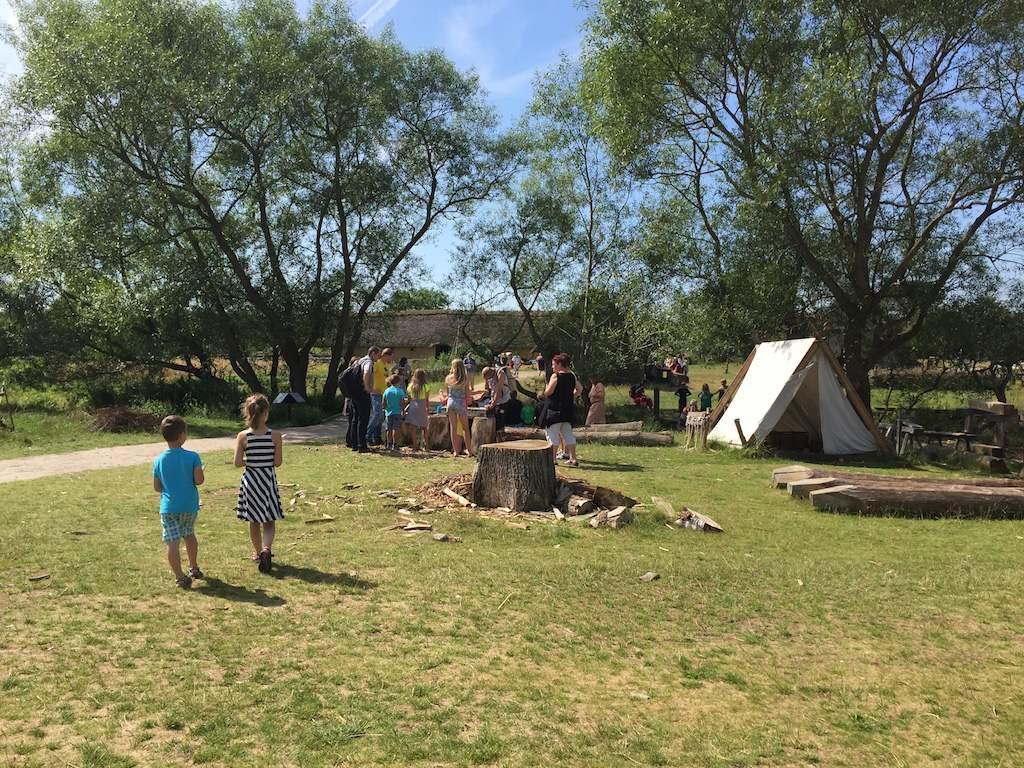 Het tentenkamp ligt vlakbij de haven in aanbouw.