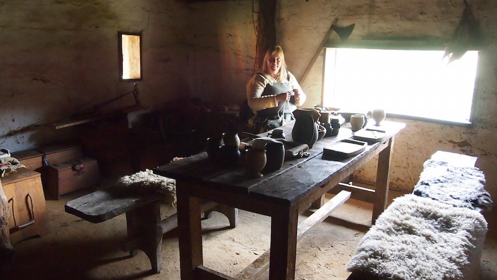 Het Nederlandse Vikingstel woont een paar weken in een echte Viking woning.