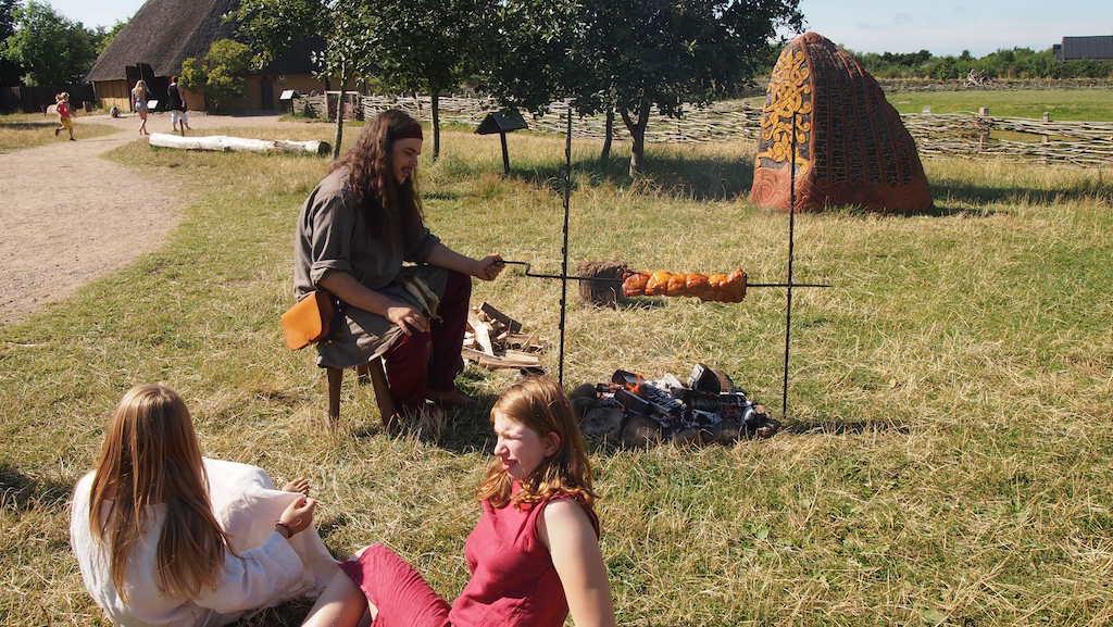 Terwijl wij naar de uitgang lopen wordt het avondeten voor de vrijwillige Vikingen gemaakt.